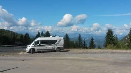 Mit dem Adria Ducato am Nassfeldpass mit Blick ins Tal