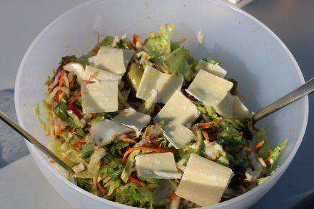 Frischer Salat, Tomaten, Oliven und feine Parmesan-Scheibchen