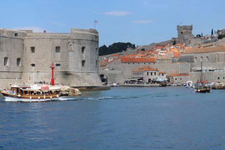 Mit Blick auf die Festungsanlage fährt man in den alten Hafen von Dubrovnik ein.