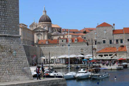 Der alte Hafen von Dubrovnik sieht aus wie aus dem Bilderbuch.