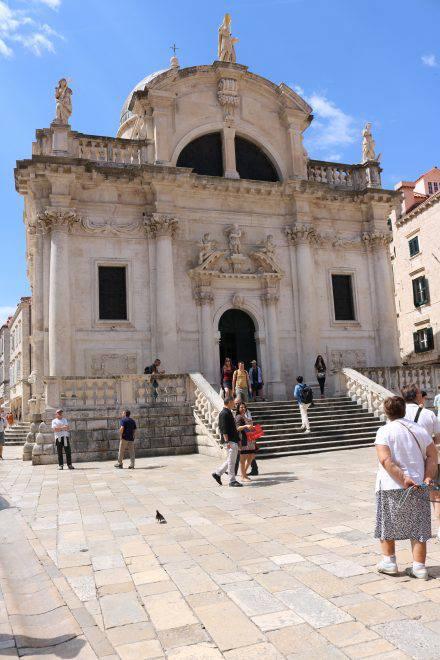 Als erstes begrüßt einen die wunderschöne Front der Kathedrale Sveti Vlaho in der Altstadt von Dubrovnik.