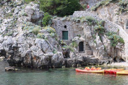 Zwischen den Festungsanlagen wurden die Felsen der vielen kleinen Buchten als Lagerraum genutzt.