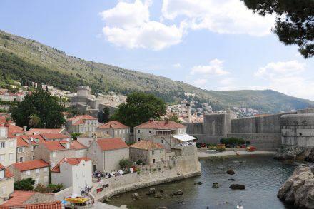 Blick von der Festungsanlage auf die Altstadt von Dubrovnik.