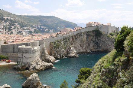 Im Kroatienkrieg (1991-1995) wurde Dubrovnik stark beschädigt. Heute sind diese Schäden in der Altstadt weitgehend behoben.