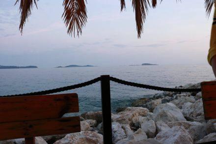 In der Strandbar von Mlini lassen wir den Tag Revue passieren und die Sonne untergehen.