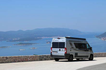 Blick auf Orebic auf der Landzunge nördlich von Dubrovnik und auf Korcula.
