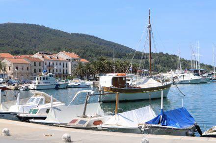 Der kleine Hafen mit Hafenpromenade, Cafés und Restaurants.