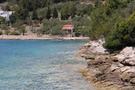 Die Badebucht etwas außerhalb von Vela Luka lädt auch schon im Mai zum Schwimmen ein.
