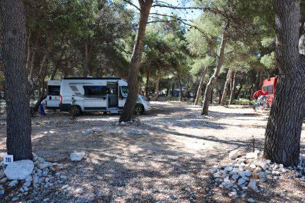 Toller Standplatz fast direkt am Strand im Camp Adriatic in Primosten.