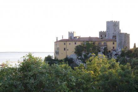 Das hübsche Schloss Duino bei Triest, das man besichtigen kann. Einige Räume sind noch mit Original-Mobiliar bestückt - empfehlenswert.