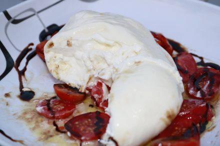 Der Burrata ist ein Muss in Italien. Mit flüssigem oder sämigem Kern ein cremiger Genuss.
