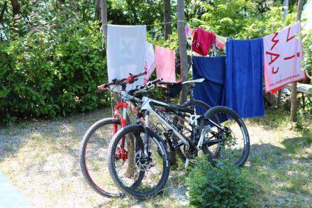 Am traumhaften Standplatz direkt am Rilkeweg und hoch über dem Meer. Der Camping mare e pineta bietet neben der tollen Lage und der schönen Aussicht auch noch Deluxe-Plätze sowie einen erfrischenden Swimmingpool.