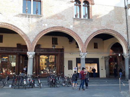 Säulengänge an der Piazza del popoll in Ravenna
