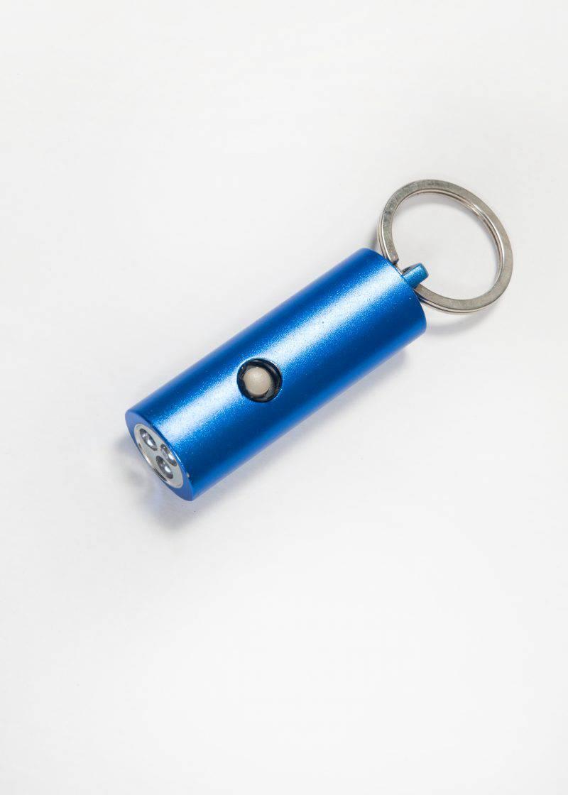 Praktisch an die Tasche gehängt - die Mini-LED-Taschenlampe bringt einen sicher zum Platz zurück.