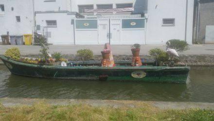 Ein hübsch bepflanzter Kahn auf einem Kanal in Comacchio