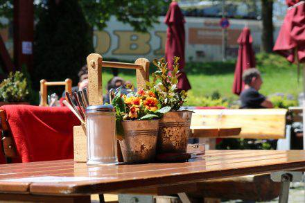 Die hübsche Tischdecke und die herrliche Sonnenterrasse machen das Romanicum zur Idylle