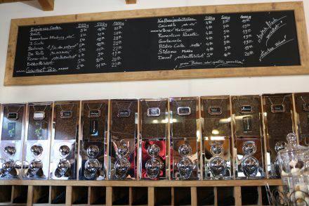 Verschiedene Kaffeesorten aus der eigenen Romanicum-Rösterei - je nach Wunsch frisch gemahlen.
