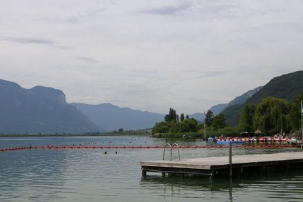 Blick auf den Kalterer See von der Bootsanlegestelle aus.