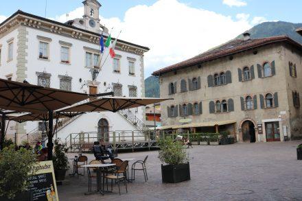 Der Hauptplatz in Pergine mit dem Rathaus und netten Kaffeehäusern.