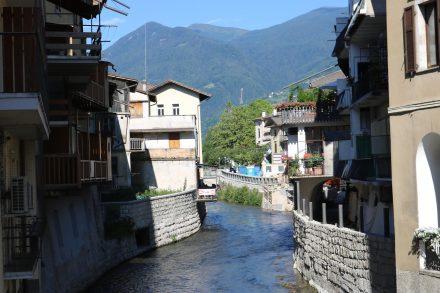 Die Brenta fließt mitten durch den Ort Borgo Valsugana, der zu einer idyllischen Kaffeepause einlädt.