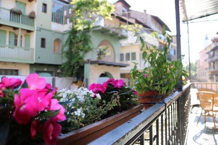 Das Kaffeehaus am Hauptplatz von Borgo Valsugana hat einen entzückenden Balkon direkt über der Brenta mit einem malerischen Blick auf die umliegenden Häuser.