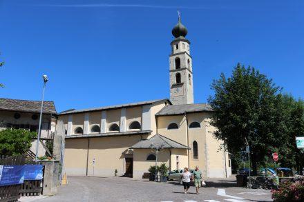 Die Pfarrkirche liegt am südöstlichen Rand von Caldonazzo. Hier beginnt der Radweg an der Brenta entlang.
