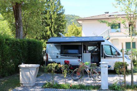 Am Campingplatz Punta Lago am Lago die Caldonazzo mit einem wunderschönen, großen Stellplatz und Blick auf den See.
