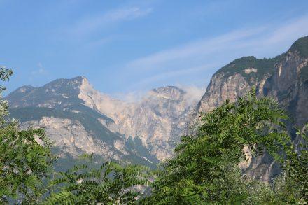 Blick auf die Berge vom Etschtalradweg kurz vor Trient.