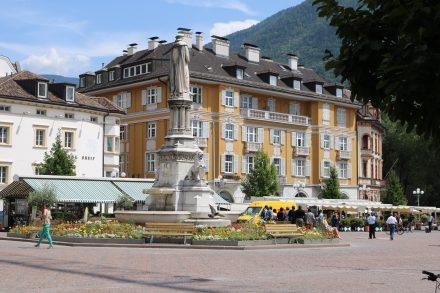 Der berühmte Waltherplatz und das Tor zur historischen Innenstadt von Bozen.