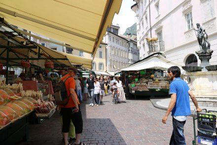 Regionale Spezialitäten und Lebensmittel auf dem Genussmarkt in Bozen.