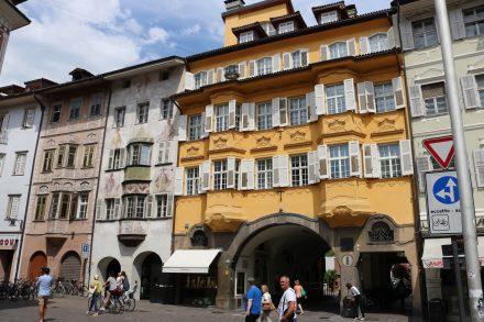 Wunderschöne und malerische Häuser in der historischen Altstadt in Bozen.