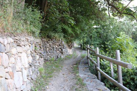 Der steile Trail rauf zum Kirchlein San Valentino über dem Lago die Caldonazzo.