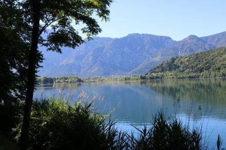 Ausblicke vom Promenadenweg am Ostufer des Lago di Levico.