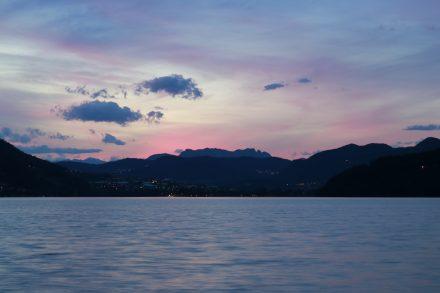 Über dem Lago di Caldonazzo in Südtirol geht die Sonne unter - mit dem Wohnmobil genießt man dieses Spektakel in erster Reihe.