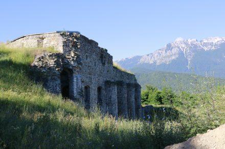 Die Ruine des Forte di Tenne steht auf einem Hügel zwischen dem Lago di Caldonazzo und dem Lago di Levico.