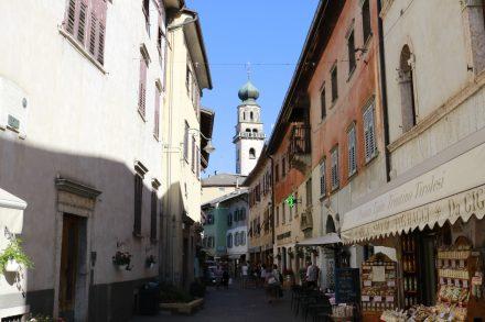 Die hübsche Innenstadt von Levico Therme lädt zum Bummeln und Verweilen ein.