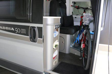 Trotz Bike an Bord habe ich noch genügend Bewegungsraum im Einstiegsbereich und kann mich in meinem Adria Ducato frei bewegen.