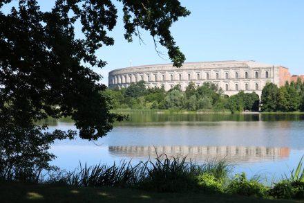 Blick auf die Kongresshalle vom Südufer des Dutzendteichs.