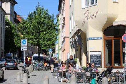 Ein idyllisches (Vorstadt-)Ambiente versprüht das Café Zimt in München.
