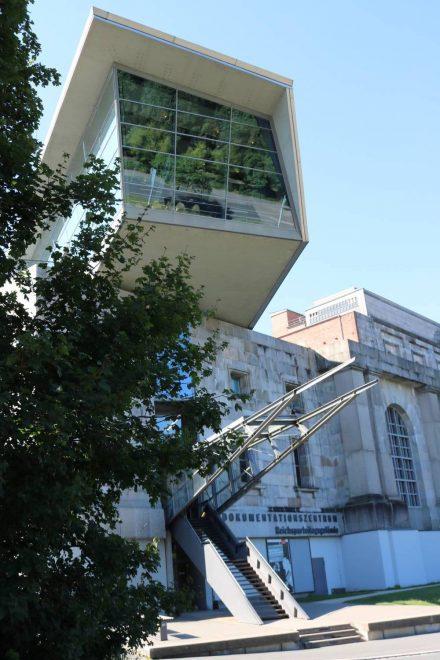 Der architektonisch toll gelöste Eingang zum Dokumentationszentrum an der Bayernstraße in Nürnberg.