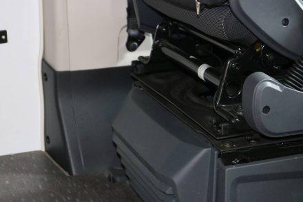 Die Stange unten am Fahrersitz bietet sich als zweiter Befestigungspunkt an.
