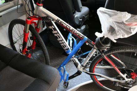 Mit zwei Spanngurten, einen an der Zurrtes, einen an der Stange des Fahrersitzes befestigt kann man das Fahrrad perfekt fixieren.