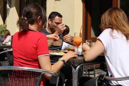 Bei schönem Wetter sitzt man auf der Terrasse des Café Zimt in einer wirklich netten Nachbarschaft im Stadtteil Ludwigvorstadt.