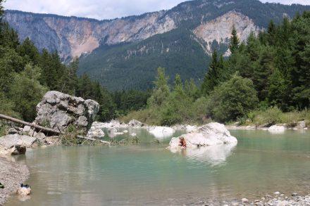 Mächtige Felsbrocken wie von Zauberhand in der Gail verteilt machen die Schütt so idyllisch.