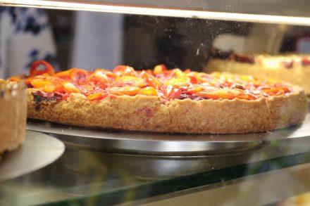 Wie selbergemacht nur noch viel köstlicher lachen einen die verschiedenen Kuchen in der Theke des Café Zimt an.