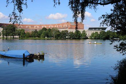 Blick über den Dutzendteich mit der Kongresshalle und dem Dokumentationszentrum Reichsparteitagsgelände.