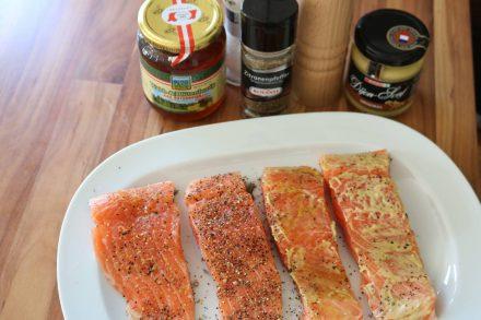 Lachsfilet mit Dijon Senf, Salz, Pfeffer, Knoblauch und Honig zum Räuchern vorbereiten.