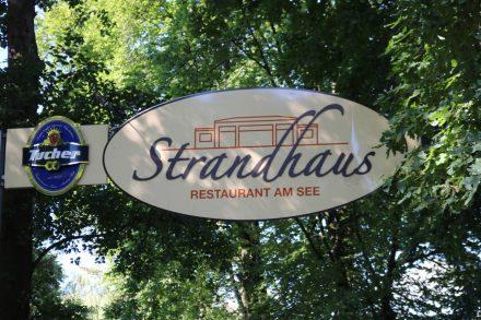 Im Restaurant-Bar Strandhaus sitzt man direkt am Strand des Dutzendteichs.
