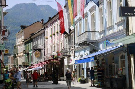 Die hübschen Häuserfronten aus der Kaiserzeit säumen die kleine Innenstadt von Bad Ischl.