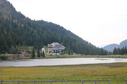 Am Passo Pramollo, dem Nassfeldpass, liegt gleich hinter der Grenze nach Italien der Nassfeld See.